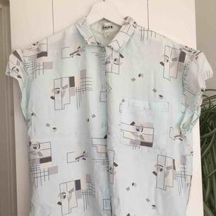 Blus/skjorta i fint ljust mönster i blått vitt och grått. Knappt använd då den inte var min stil. Storlek s.