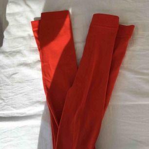 Tjocka strumpbyxor/tights i orange med fleeceklädd insida. Väldigt varma under vintern. Knappt använda och i väldigt fint skick. Storlek 34/36 men skulle säga att det passar XS-M då de är väldigt stretchiga.