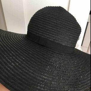 Stor jättefin svart stråhatt från h&m superfint skick. Den är knappt använd då det inte riktigt är min stil med hatt.