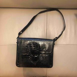 Vintage väska i ormskinn, många fack, man får med tillhörande mini väska, plånbok & spegel,