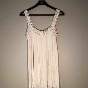 Vit klänning från Zara i stl S, endast använd ett fåtal gånger, är 78 cm lång på främre delen och något längre baktill, föredrar försäljning irl, men kan också skicka plagget (köparen står för frakt, ingen retur)