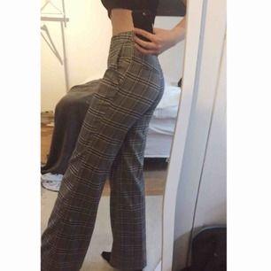 Kostymbyxor i storlek 40, fast jag själv har 36/38 och de passar även bra på mig😊