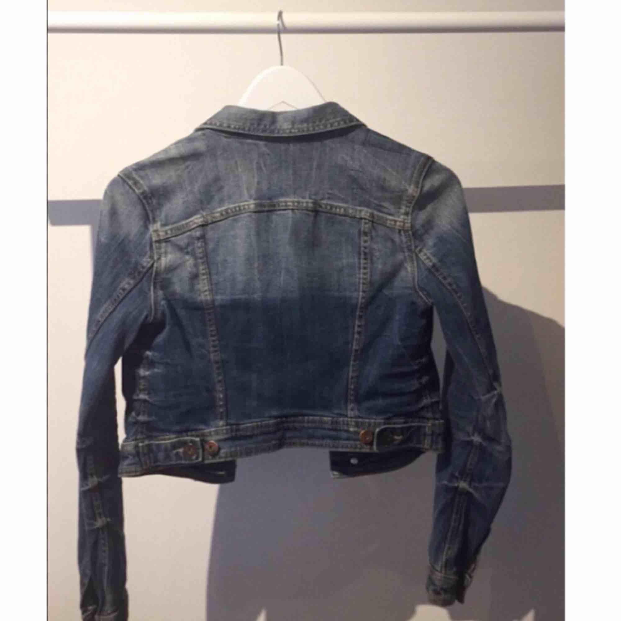 Fräsch figursydd lite croppad jeansjacka i storlek 34. Jackor.