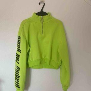 Neon grön HM crop top tröja, är i perfekt skick.