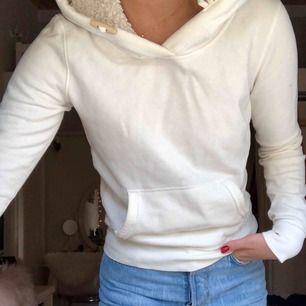 Superskön vit hoodie med luva fylld med mjuk ull, perfekt för kyliga sommarkvällar! Storleken är som en S och säljer för att jag föredrar större storlekar.  Priset är inklusive frakt!