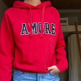 Härlig röd hoodie, använt fåtal gånger. Säljer pga för liten.  Priset är inklusive frakt!