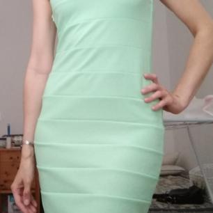 Snygg mintgrön klänning 👗 Jättebra skick Storlek S Knälång med dragkedja vid sidan