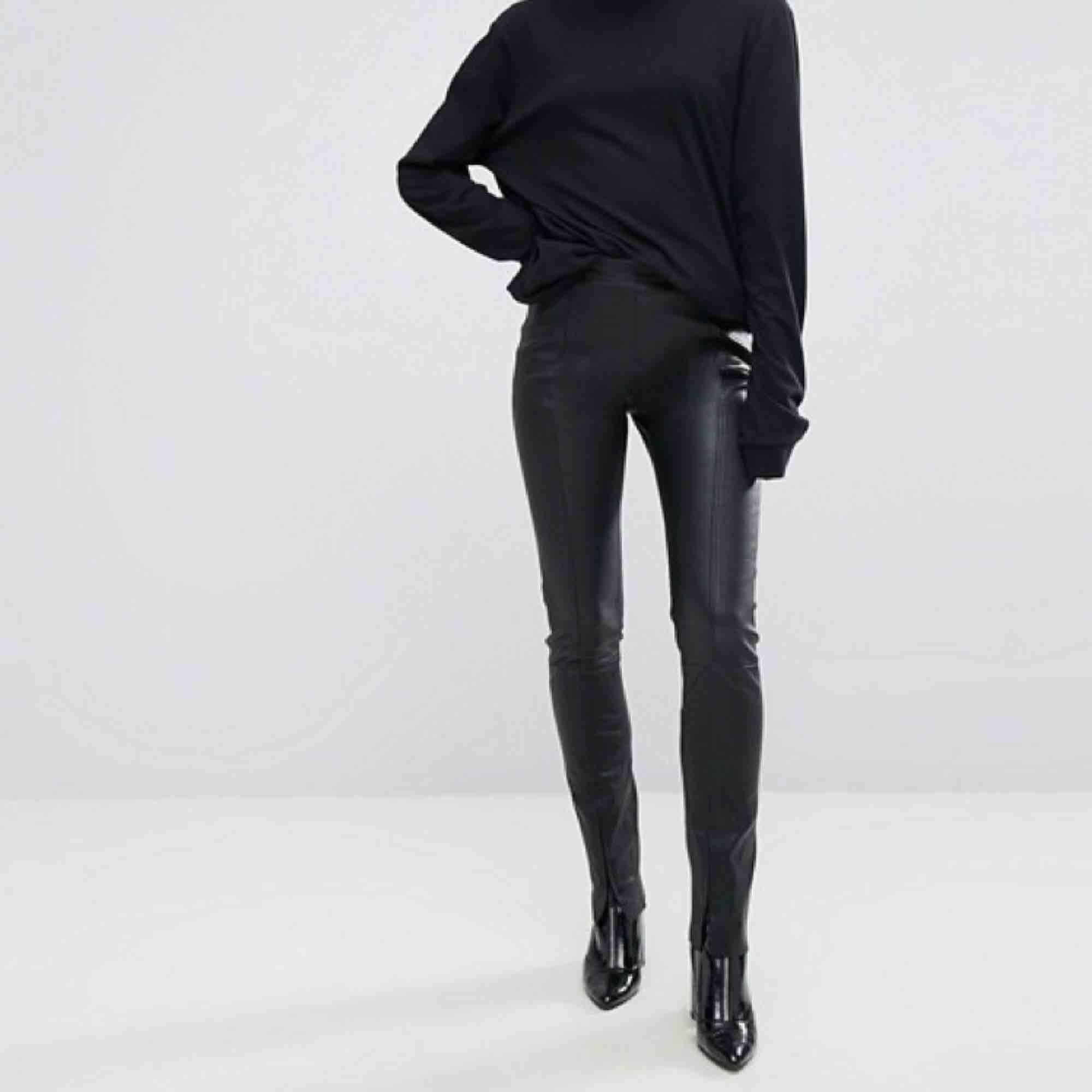 Limited edition skinnbyxor (100% läder) från Weekday. Sitter som en smäck och är något stretchiga så väldigt bekväma! Dragkedjor fram (på smalbenen) - se bilder. Så fina men används för sällan, nypris 2500kr och använda 2-3ggr!✨ frakt 63kr. Jeans & Byxor.