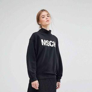 Oversize sweatshirt med hög krage från Moss Copenhagen. OBS! tröjan jag säljer är mörkgrå med lila text(bild 2 och 3) - bild 1 är i annan färg och för att visa passform! Nypris ca 700kr och sparsamt använd🌸
