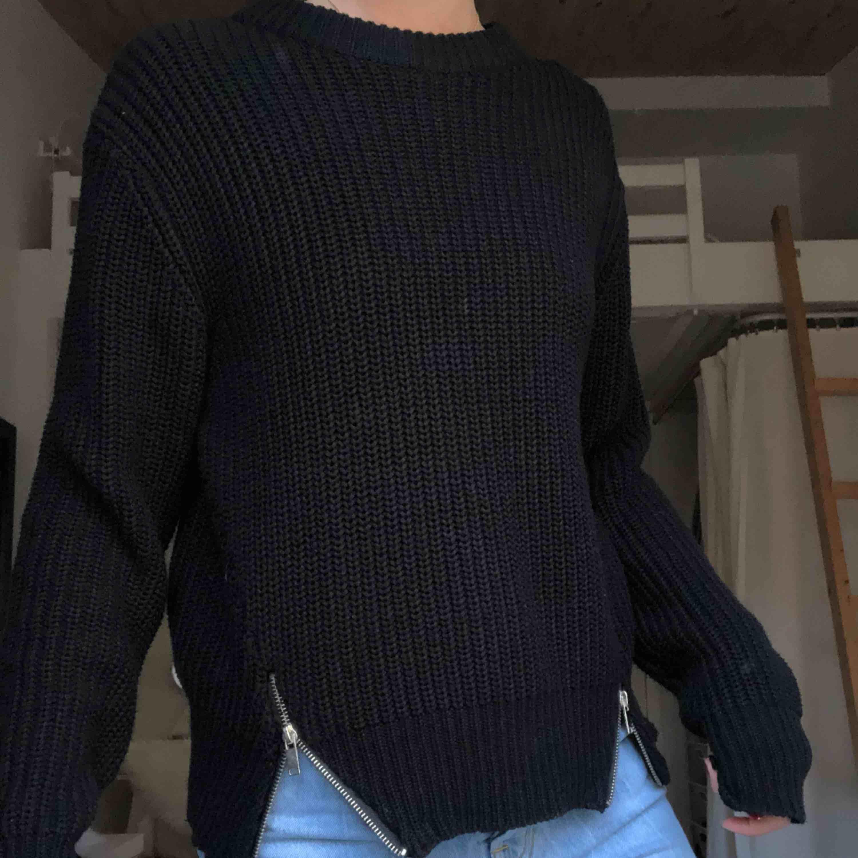 Snygg svart stickad tröja med justerbara dragkedjor! Är i XS men funkar som S också. Jag står för frakt!. Stickat.