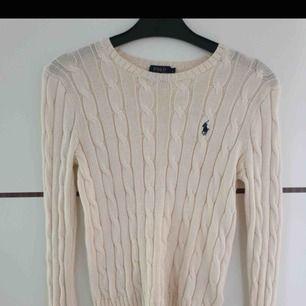 Krämvit jättefin Ralph lauren tröja i storlek S, tyvärr har den inte kommit till någon användning så därför säljer jag den. Den är i nyskick så den knappt är använd. Köptes för 1200kr på NK!