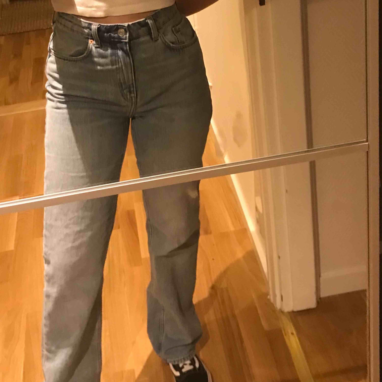 Jeans från weekday i den populära modellen voyage, dom är i superskick och bara använda fåtal gånger (: storleken är w 28 L 32 (jag är 1,61 cm). Jeans & Byxor.