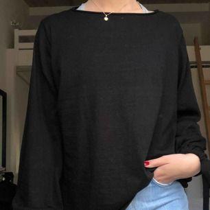 Fin svart tröja från Zara med fina detaljer i form av band längst ut på ärmarna. Använd fåtal ggr.  Priset är inklusive frakt!