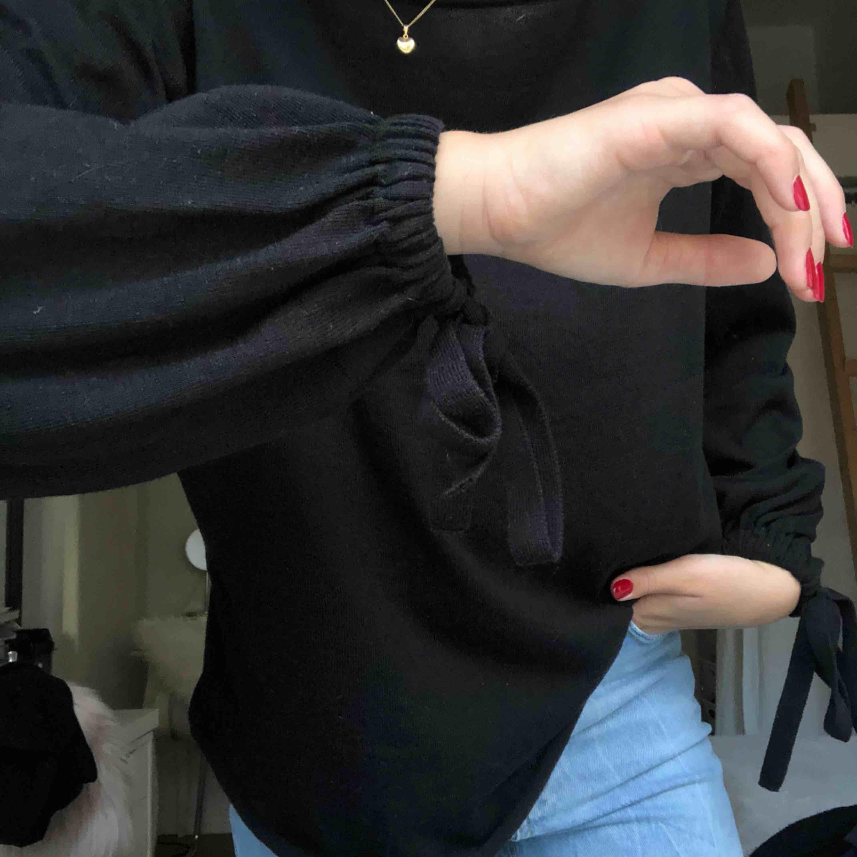 Fin svart tröja från Zara med fina detaljer i form av band längst ut på ärmarna. Använd fåtal ggr.  Jag står för frakt!. Tröjor & Koftor.