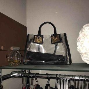 Väska från luxnoire. Kommer ej till användning, fluffig clutch medföljes.