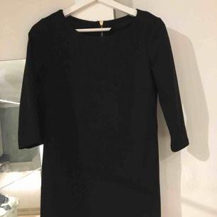 Rak svart klänning från Vila
