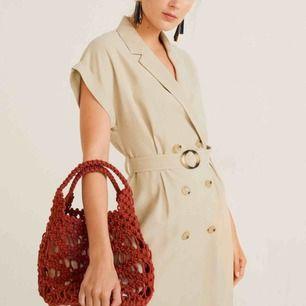 Helt ny!! Jättefin beige klänning ifrån Mango 🤩 Endast testad och insåg att den var för kort på mig, tyvärr 😔 Ordinarie pris: 549kr