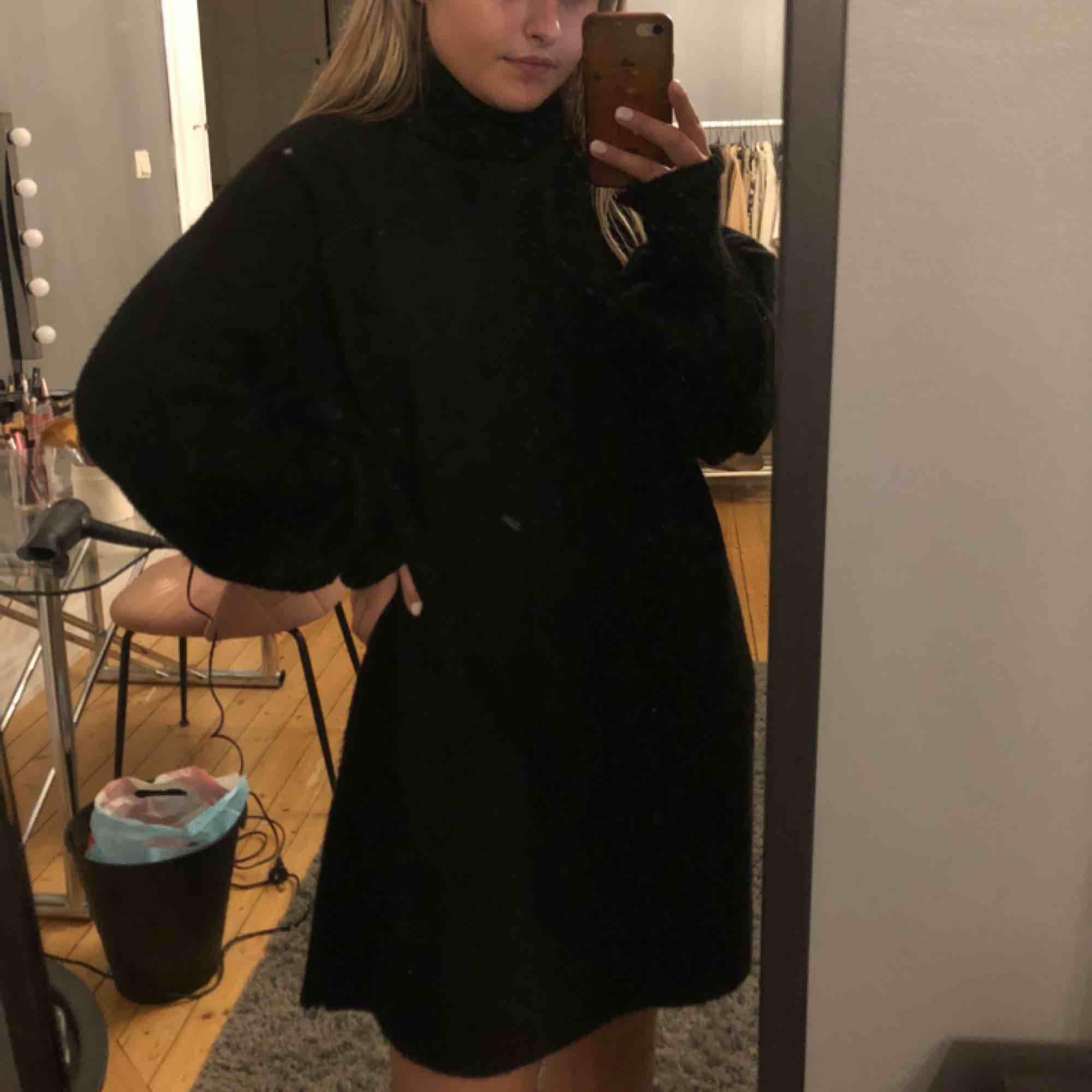 En svart stickad polo klänning som är perfekt till hösten och använd ungefär 5 gånger men är som gott som ny💓. Klänningar.