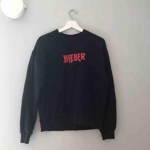 svart sweatshirt me justin bieber tryck, använd fåtal gånger och i fint skick, +55kr frakt🖤