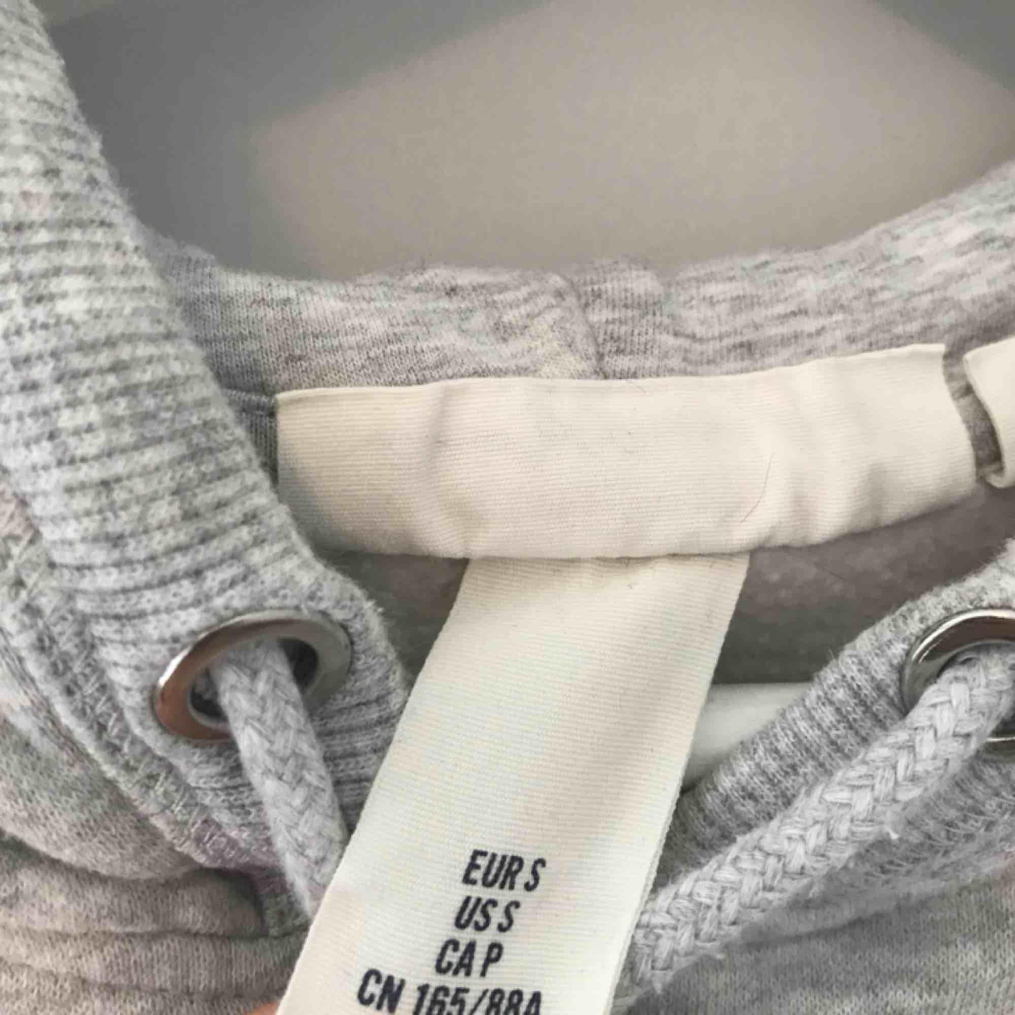 hoddie från hm med tryck, i bra skick +55kr🖤. Huvtröjor & Träningströjor.