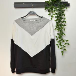 Riktigt skön långärmad tröja fråb Chic & Modern, passar S/M.   Träffas i Stockholm eller runtomkring :) kan även skicka via post, frakt tillkommer😊