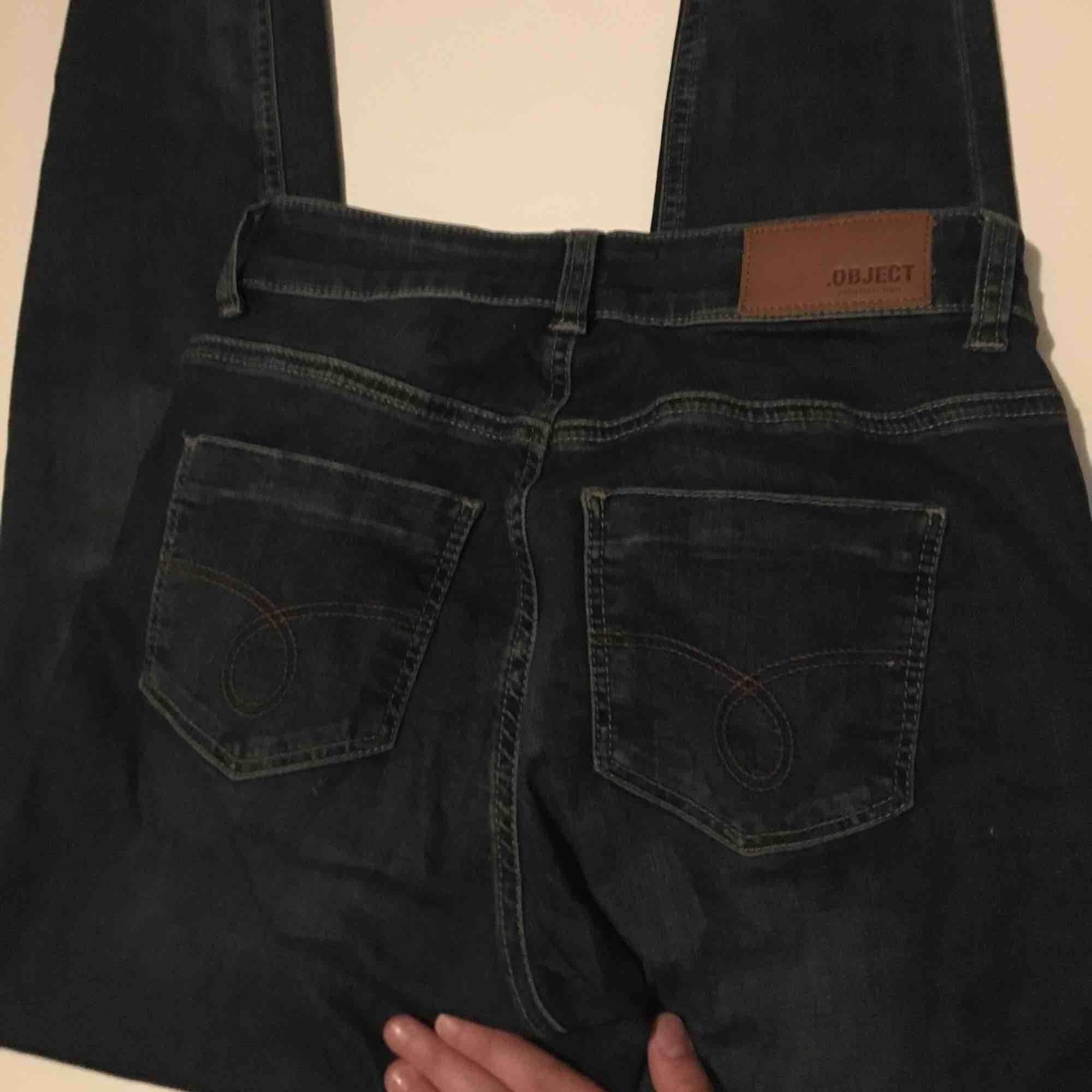 Ett par mörkblåa jeans som nya med en dragkedja i bak av smalbenet. Jeans & Byxor.