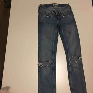 Slitna jeans från Ginatricot