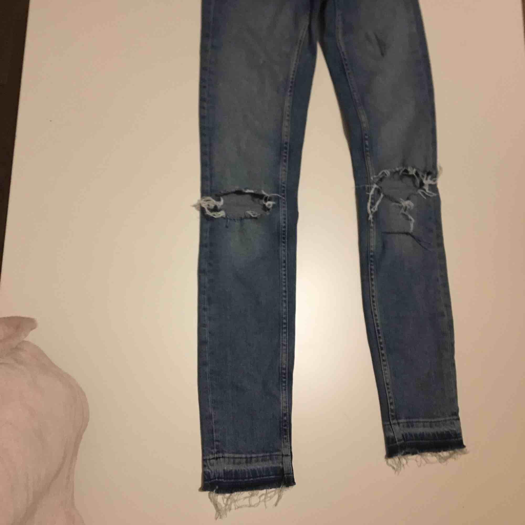 Slitna jeans från Ginatricot . Jeans & Byxor.