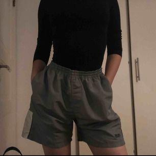 Sjukt sköna shorts i topp skick. Har använt som oversized basket shorts. Köpta på beyond retro. Fri frakt🖤