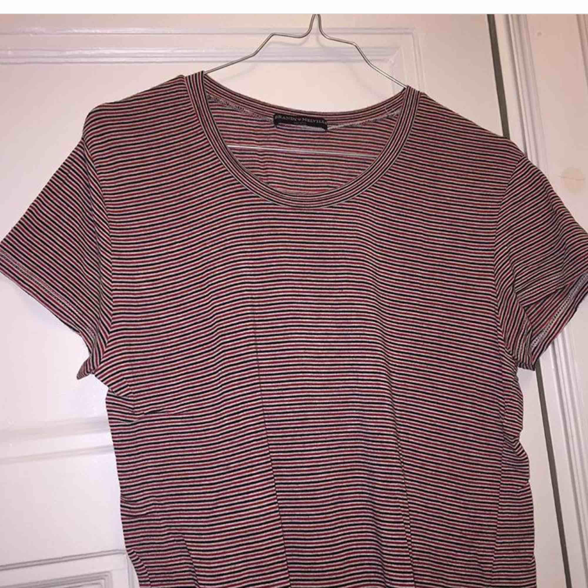 Randig tröja från Brandy melville Storlek onesize (stretchig) frakt tillkommer på 35kr😊. T-shirts.