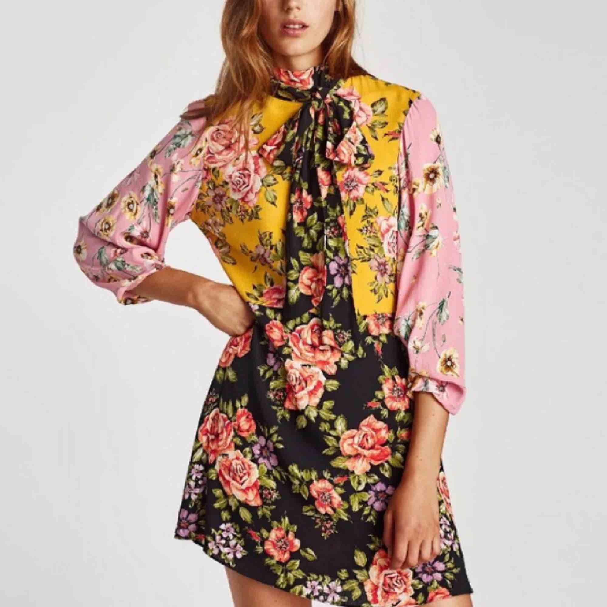 Oanvänd blommig klänning från zara med tags kvar! Storlek S. Frakt tillkommer:). Klänningar.