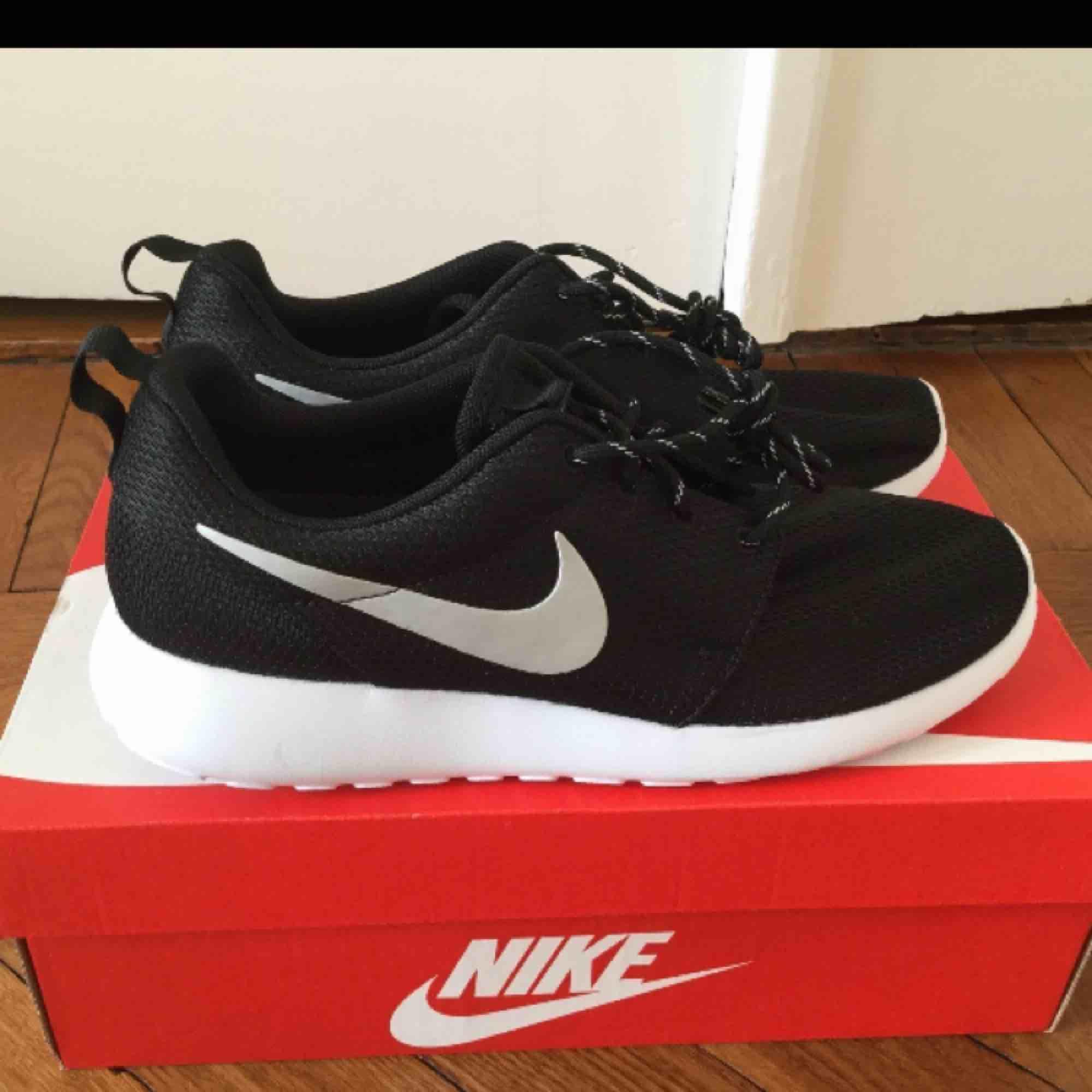 Helt nya oanvända Nike Roshe run i storlek 41. Frakt tillkommer!:) (pris går att diskutera). Skor.