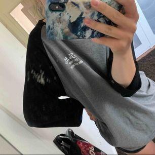 suupersnygga baseball/raglan t-shirts från vans!! har använts som oversize men är verkligen inte min stil så bara hänger i garderoben. fint skick! gråsvart med print på ryggen och vinröd på bröstet. 150 kr/st 🤟🏻