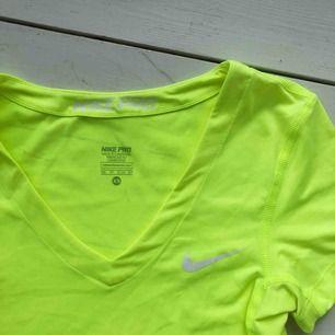 Nike PRO tajt träningströja i modern neon färg! 🌟 säljs då jag bara tränar i linnen