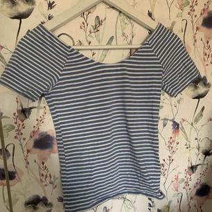 Fin randig tröja med snygg urringning från Bikbok. Storlek XS men väldigt stretchig. Ca 40kr i frakt.