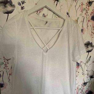 Fin vit t-shirt med snygg detalj från Only. Använd fåtal gånger. Ca 40 konor frakt.