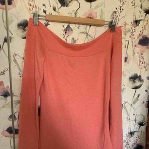 Väldigt fin rosa off-shoulder tröja från Ginatricot. Sparsamt använd och superfin! Storlek S. Frakt på ca 40 kr tillkommer.