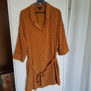 Prickig klänning m. skärp i midjan (skärpet går dock ta bort). Går till strax över knäna på mig som är 1,74. Aldrig använd🌿