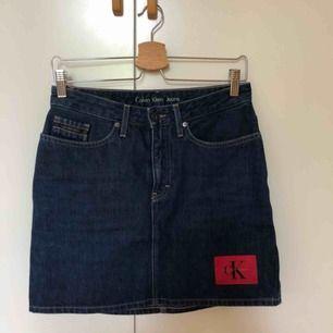 Världens finaste kjol från Calvin Klein (såklart äkta). Storlek: W28, passar S.  Säljer då den inte längre passar mig. Frakt tillkommer.