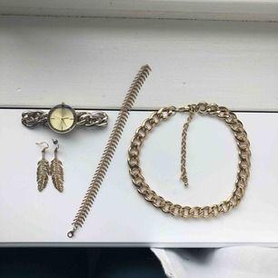 Guldiga smycken som jag nu säljer då de aldrig kommer till användning. Ingen av dem är särskilt använda. 120kr för alla annars kan vi prata om pris var för en. Du står för frakt <3 skriv för mer bilder och information!