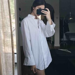 Underbar bomullsskjorta från H&M Trend i strl XS. Lite oversize i modellen så passar även en S! Använd en gång och i perfekt skick.🌷