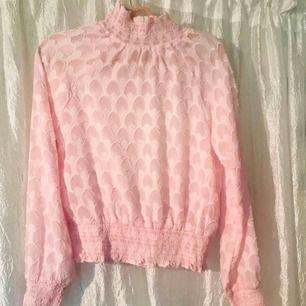 Puderrosa blus i storlek xs, snygg att ha under en kabelstickad tröja eller bara som den är!   Frakt: 20kr Möts upp i stockholm över 200kr