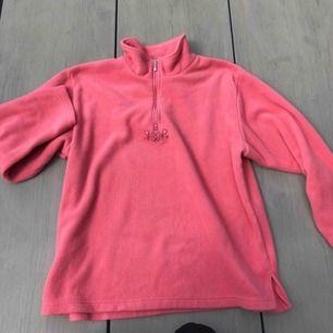 Vintage fleece tröja i topp skick! Storlek XL men passar oversize på s-m också beroende på hur man vill den ska sitta! Frakt är inkluderat i priset