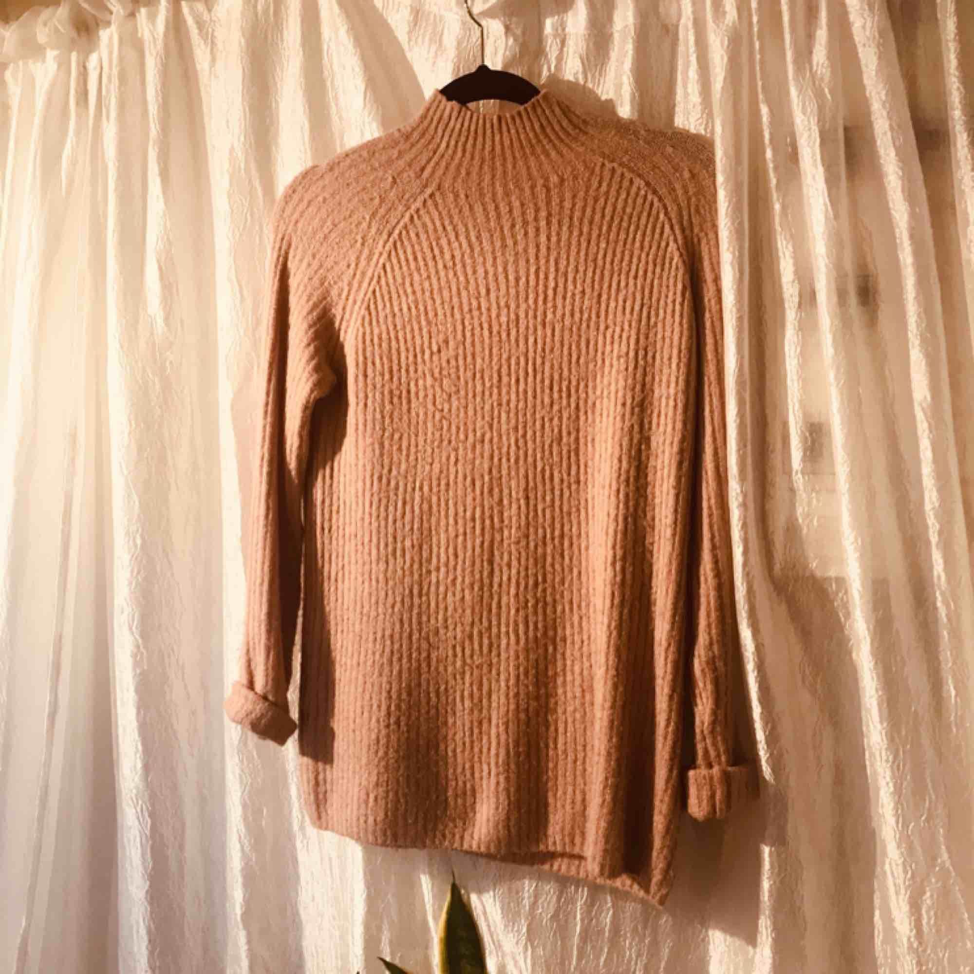 Stor mysig stickad tröja i puderrosa! Den äe ganska lång så man kan ha den med endast strumpbyxor, eller inget alls.   Frakt: 30kr Möts upp i stockholm över 200kr. Stickat.