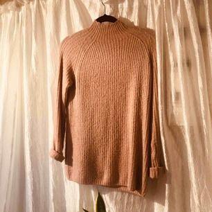Stor mysig stickad tröja i puderrosa! Den äe ganska lång så man kan ha den med endast strumpbyxor, eller inget alls.   Frakt: 30kr Möts upp i stockholm över 200kr