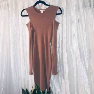 Lyxigt material klänning med öppna axlar, ljusrosa använd några få gånger