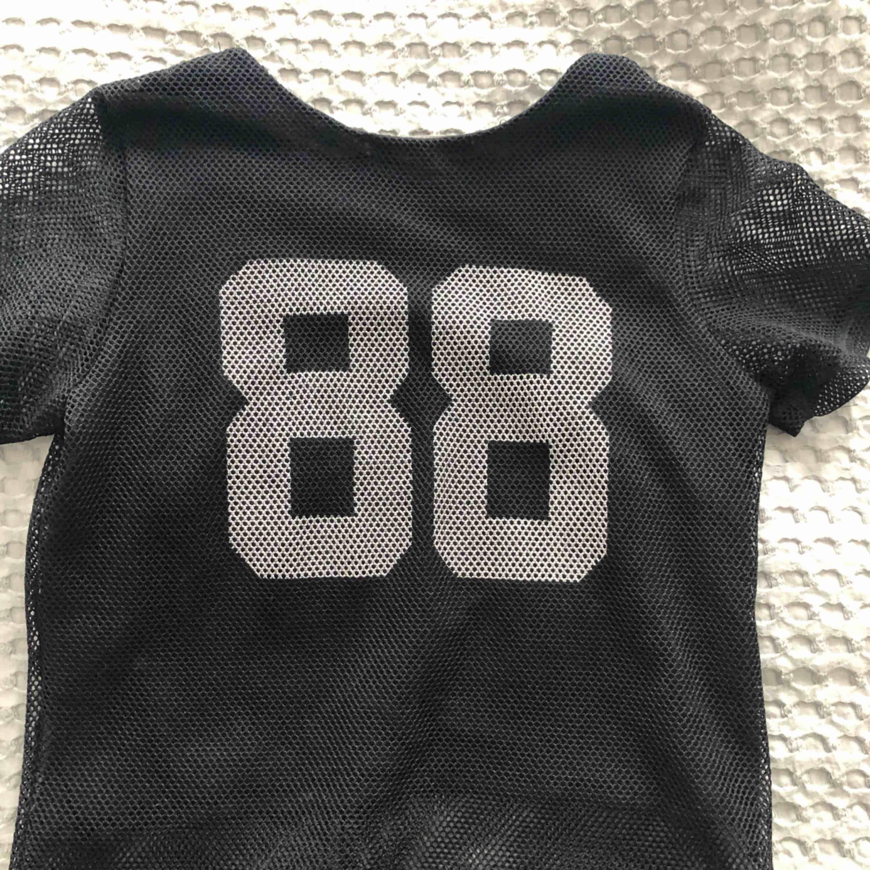 """Cool t-shirt från Bik Bok. Nät med texten """"Phoenix"""" på framsidan och nummer """"88"""" på baksidan. Måttligt använd. Köparen står för frakt! . T-shirts."""