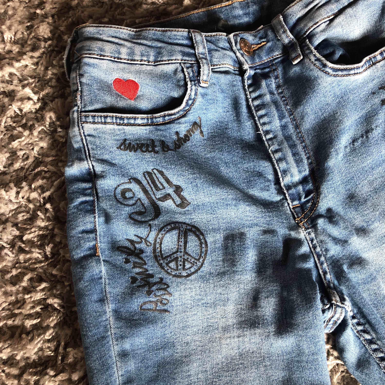 Nästan helt oanvända jeans ifrån hm, säljer då det inte riktigt är min stil längre. Skriv för mer bilder och information. Kan hämtas i Vetlanda annars står du för frakten. Priset kan diskuteras<3. Jeans & Byxor.