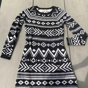 Jättefin klänning i bra skick, passar XS-S väldigt mjukt material. Frakt är redan inkluderat i priset!