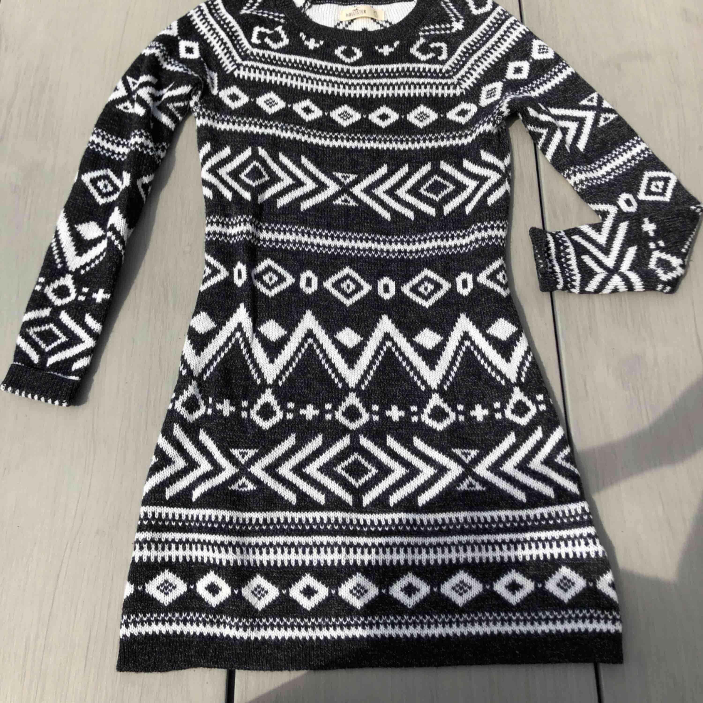 Jättefin klänning i bra skick, passar XS-S väldigt mjukt material. Frakt är redan inkluderat i priset!. Klänningar.